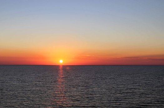 At sea sun sets
