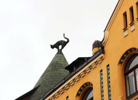 Riga roof with large cat sculpture photo: Marina Aagaard and Henrik Elstrup