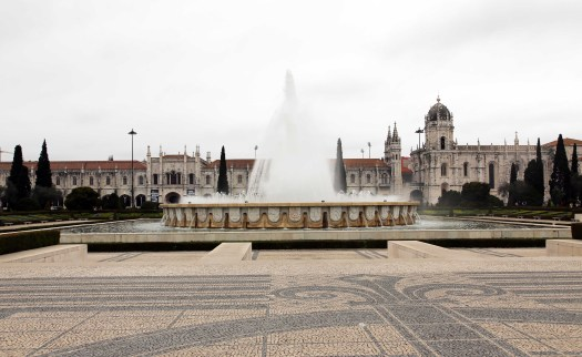 Lisboa Mosteiro dos Jeronimos and fountain front