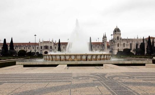 Lisboa Mosteiro dos Jeronimos and fountain front