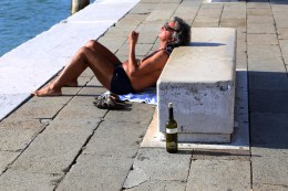 Relaxing life and wine in Venice photo Marina Aagaard