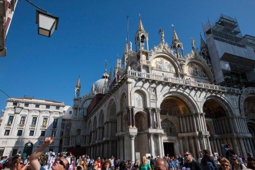 Venedig menneskemængde og San Marco kirken foto Marina Aagaard