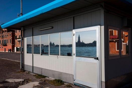 Venedig spejler sig i skur